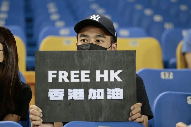台灣球迷在14日亞錦賽台灣與香港之戰,進場為香港隊加油,也表達護台抗中,為香港爭民主自由打氣。(翻攝自點亮香港 Light4HK臉書)