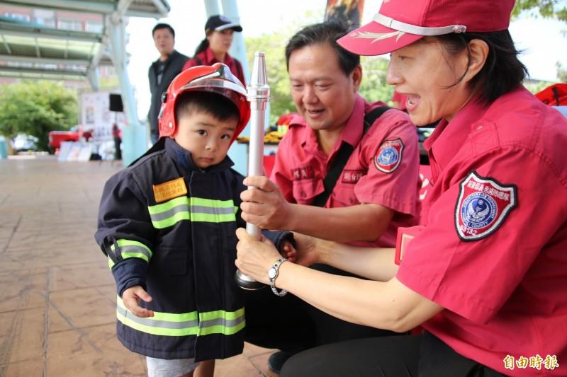 頭份防災觀念向下扎根 900萌娃化身小小消防員