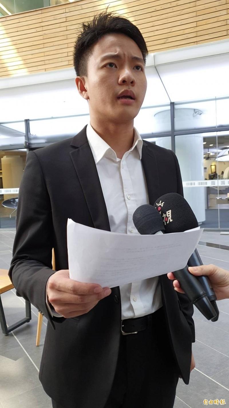清大學生會會長賴永岫決定對撕毀連儂牆的學生告到底。(記者蔡彰盛攝)