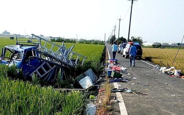 嘉義縣太保市發生貨車撞擊車禍,小貨車衝入稻田中。(圖由民眾提供)