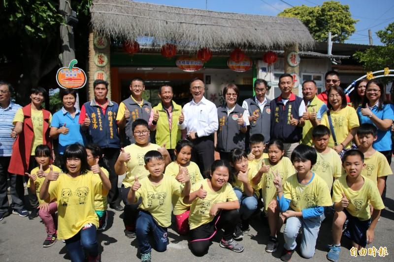 水保局也於龍昇湖畔成立農特產銷售門市暨旅客服務中心,今早正式揭牌。(記者鄭名翔攝)