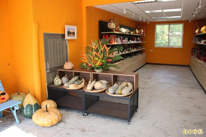 門市內銷售造橋特產南瓜及各式特色手工藝品。(記者鄭名翔攝)