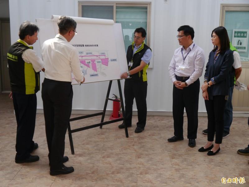 交通部長林佳龍(右二)與立委洪慈庸視察台中機場。(記者張軒哲攝)