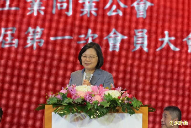 總統蔡英文今天出席台灣區工具機暨零組件公會會員大會,她表示,面對美中貿易戰衝擊,不會讓大家孤軍奮戰,政府以資金融通、擴大訂單、固本轉型三大方向來協助。(記者蘇金鳳攝)