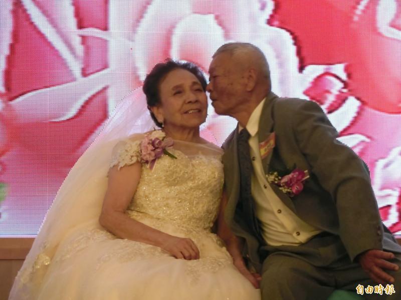 白髮夫婦親吻曬恩愛 披上白紗重溫感動