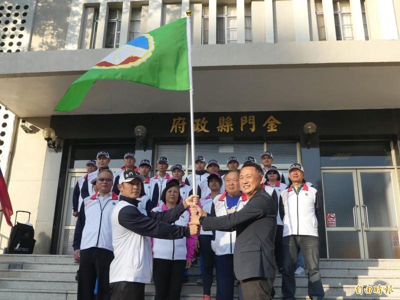金門縣代表隊參加全國運動會出征在即,縣長楊鎮浯(前右)授旗為選手打氣。(記者吳正庭攝)