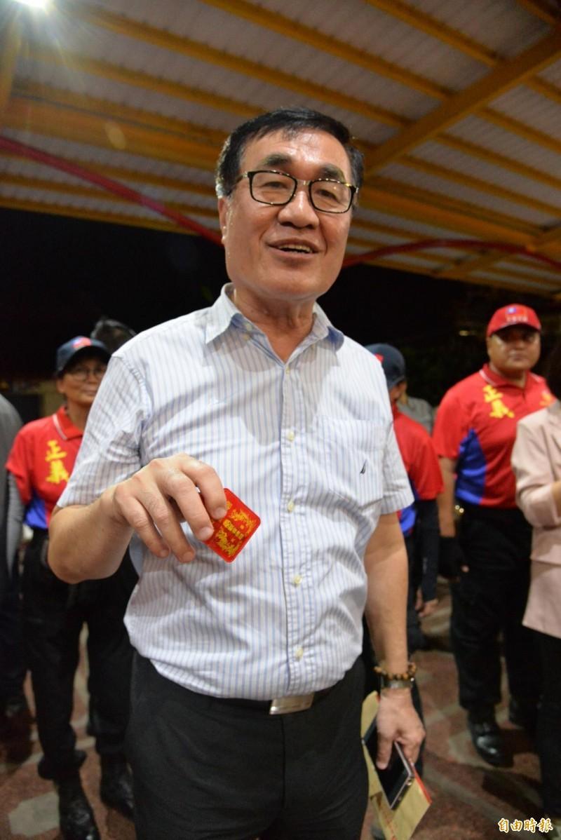 高雄市副市長李四川也現身小琉球,但表示是為了回來拜觀音媽,並秀出生病時長輩送他的碧雲寺平安符。(記者許麗娟攝)