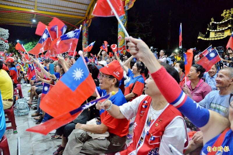 韓國瑜琉球夜話鄉親開講,民眾幾度在台上人員的帶動下,高喊凍蒜!(記者許麗娟攝)
