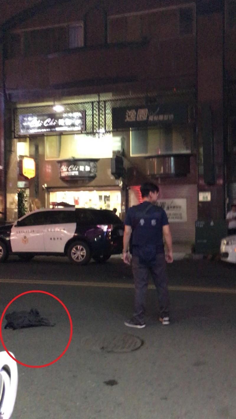 辣妹拍下長槍躺馬路畫面。(民眾提供)