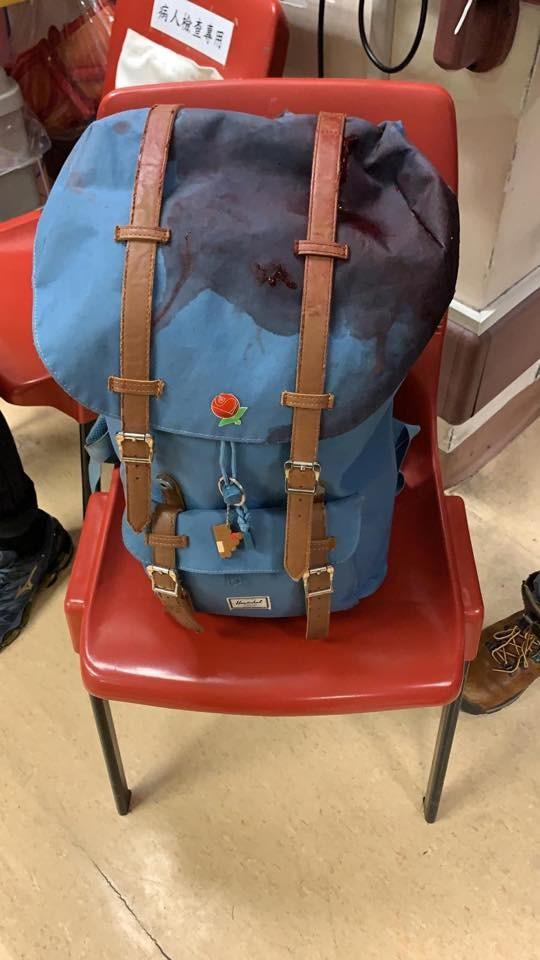 岑子杰遭襲時隨身的背包。(圖擷取自臉書_陳淑莊)