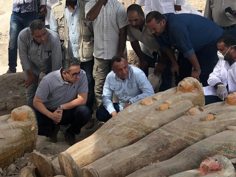 埃及古文物部昨日公布,考古學家在南部盧克索市附近發現至少20具古埃及棺木,棺上的銘文與圖畫保存完好,色彩依然相當鮮豔、清晰,埃及官方聲明指稱,新出土的20多具千年古棺是「近年最大、最重要的發現」。(美聯社)