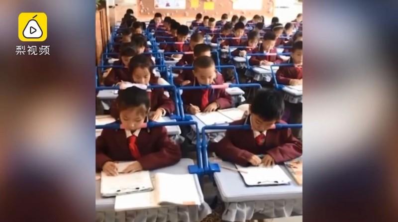 中國小學生課桌裝「矯正神器」 網友:看起來像坐牢
