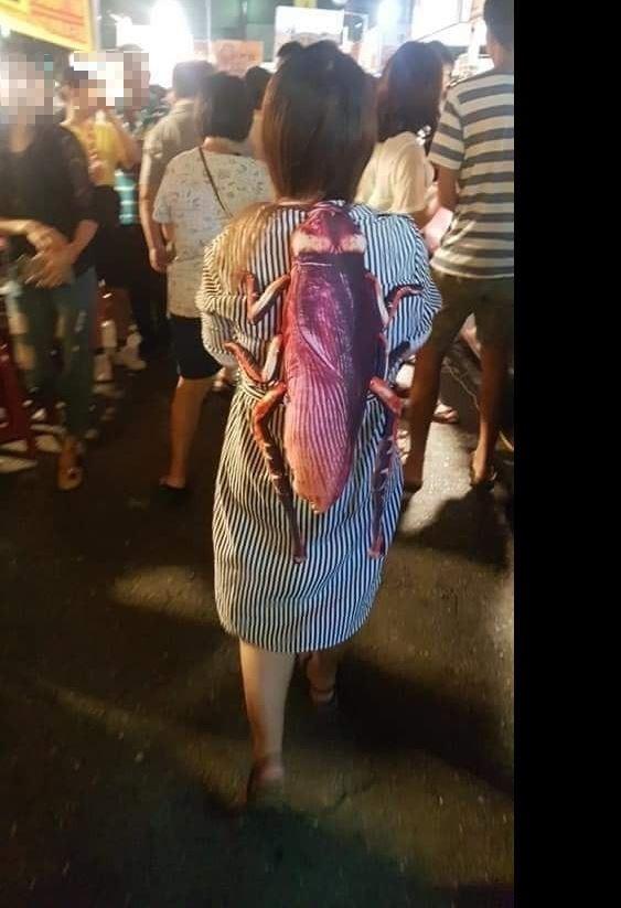 原PO拍下背著蟑螂背包的女子,周圍沒有什麼人敢與她並行。(圖擷自爆廢公社)