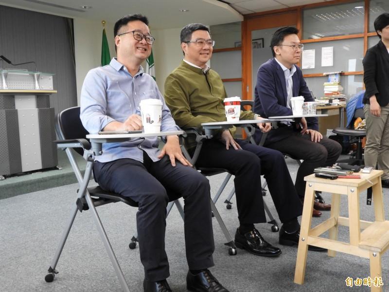 民進黨中執會今流會。圖為民進黨主席卓榮泰(中)、秘書長羅文嘉(左)、副秘書長林飛帆(右)。(資料照)