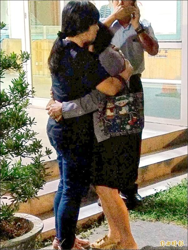 張母(右)抱著親友痛哭,直說想用自己的命換女兒的命。(記者張瑞楨攝)