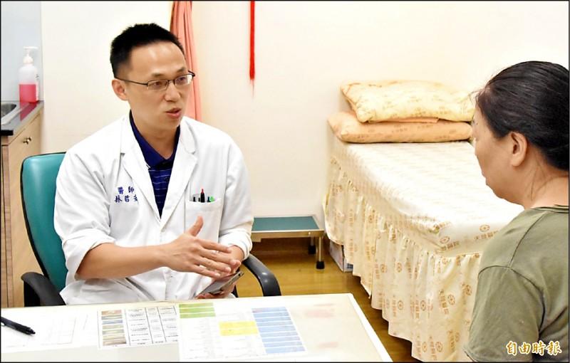 ▲鍾姓婦人(右)因靜脈曲張導致慢性膝部脹痛,請林哲安醫師(左)診治。(記者李容萍攝)