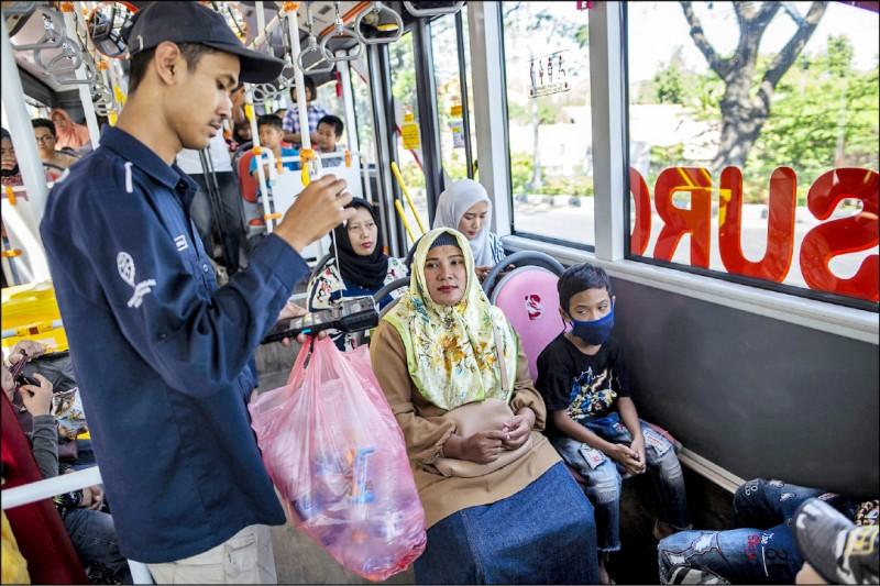 中英對照讀新聞》Trash for tickets on Indonesia's 'plastic bus' 印尼「塑膠公車」用垃圾當車票