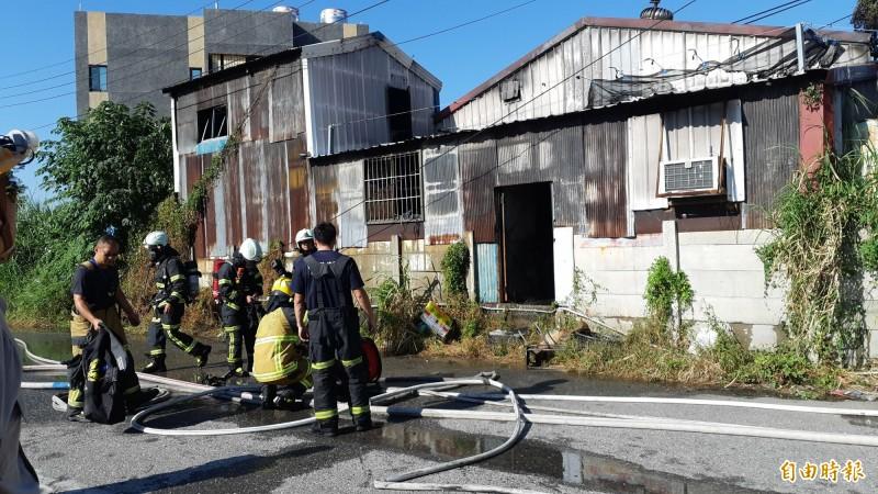 台東市中興陸橋下一棟鐵皮倉庫上午火警,消防人員迅速灌救。(記者黃明堂攝)