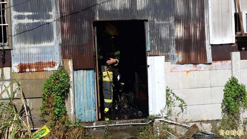 台東市中興陸橋下一棟鐵皮倉庫上午火警,消防人員進入屋內,確認無人員受困。(記者黃明堂攝)