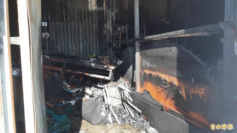 台東市中興陸橋下一棟鐵皮倉庫上午火警,內部付之一炬。(記者黃明堂攝)