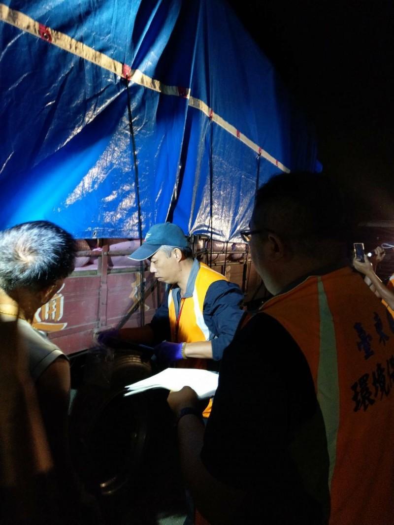 貨車深夜載生雞糞在南迴公路被攔獲。(記者黃明堂翻攝)