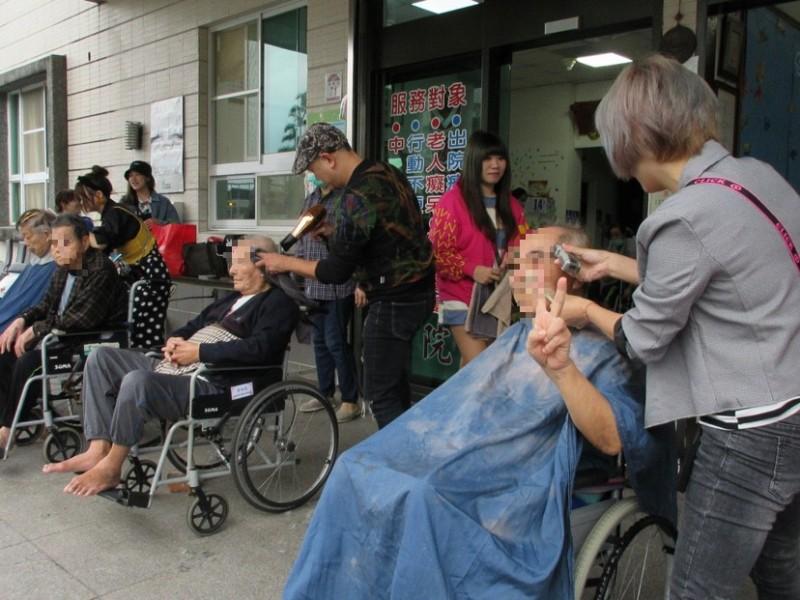 阿公阿嬤變年輕了! 宜蘭理髮團隊為長照中心長者義剪