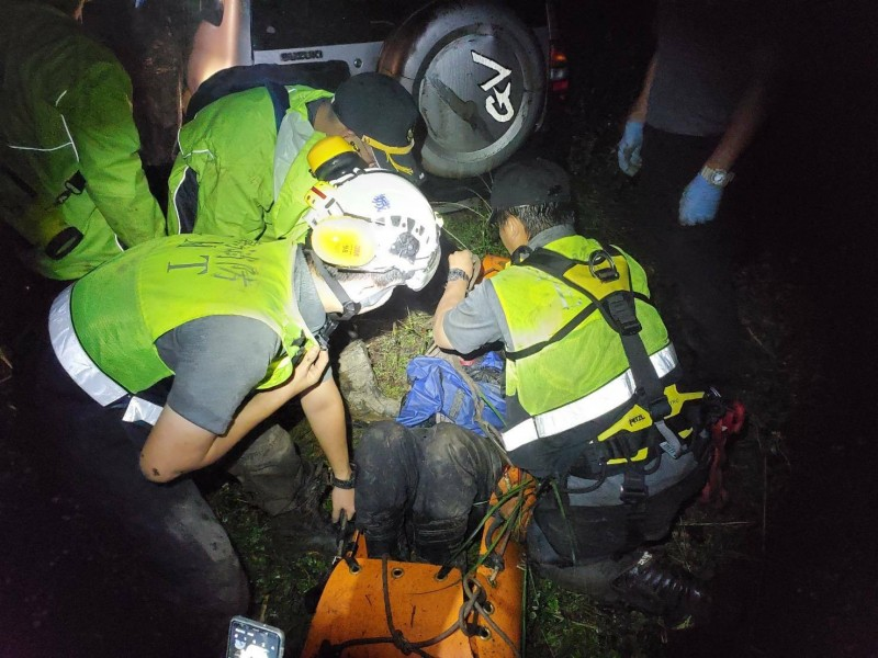 7旬翁頭城山區找水摔10米深谷 29人摸黑接力救下山