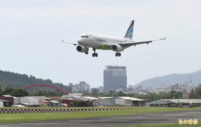 花蓮市今與締結姐妹市長達38年的韓國蔚山廣域市包機直航,由釜山航空負責。(記者游太郎攝)