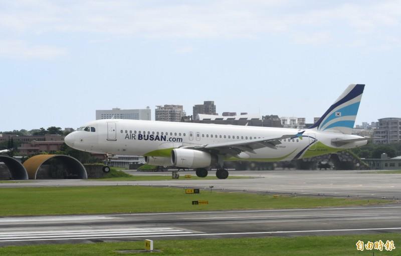 花蓮與韓國蔚山包機直飛,121名韓籍遊客今早搭乘釜山航空班機抵達花蓮。(記者游太郎攝)