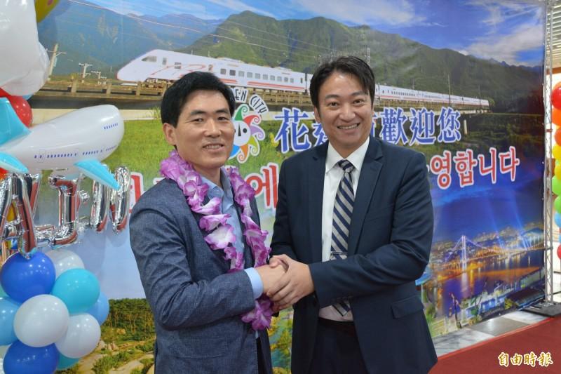 花蓮市長魏嘉賢(右)與來自韓國蔚山廣域市觀光振興科長崔平煥合影。(記者王峻祺攝)