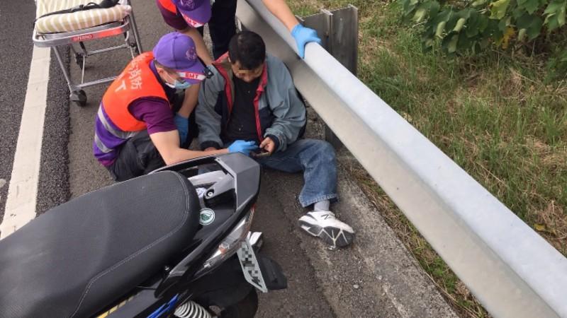機車騎士誤闖國道,自撞護欄受傷。(記者許倬勛翻攝)