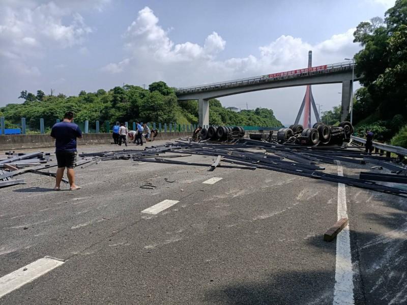 拖板車國3翻覆 斜張橋無法通行1駕駛送醫