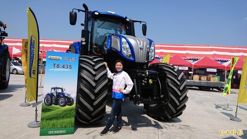 前立委張嘉郡變身「SHOW GIRL」行銷雲林國際農機展。(記者廖淑玲攝)