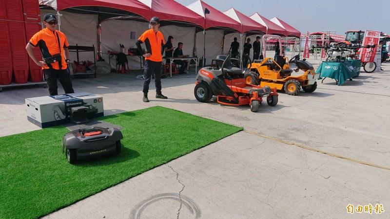 掃地機器人不稀奇,現場還展示除草機器人。(記者廖淑玲攝)