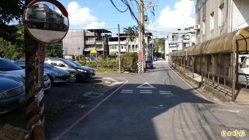 舒男酒後騎車撞上停放在路旁空地的車輛。(記者吳昇儒攝)