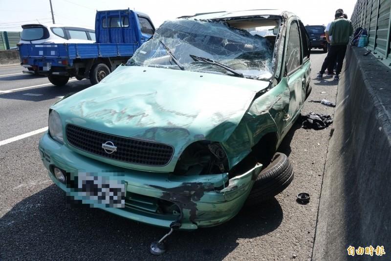 國道一號彰化南下路段,傳出自小客車碰撞後在空中翻轉一圈,全車都是擦撞痕跡。(記者劉曉欣攝)