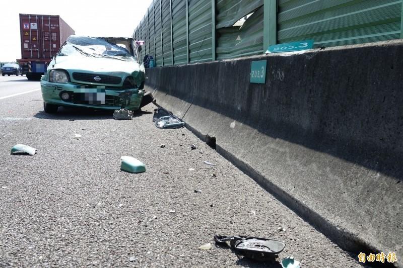 國道一號彰化南下路段,傳出自小客車碰撞後在空中翻轉一圈,逆向停在路肩。(記者劉曉欣攝)