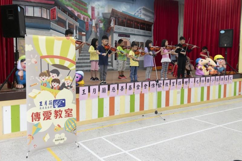 學童演奏「雨夜花」、「望春風」及「基隆山之戀」等膾炙人口的名曲。(新北市教育局提供)