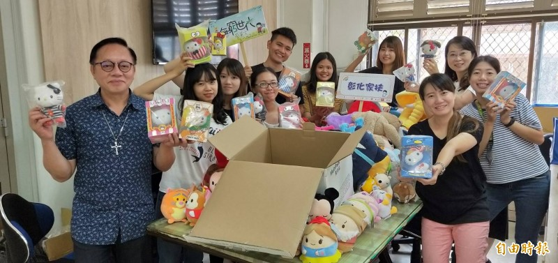 香港人空運愛心來台!一開箱滿滿全新玩偶 要送給家扶學童