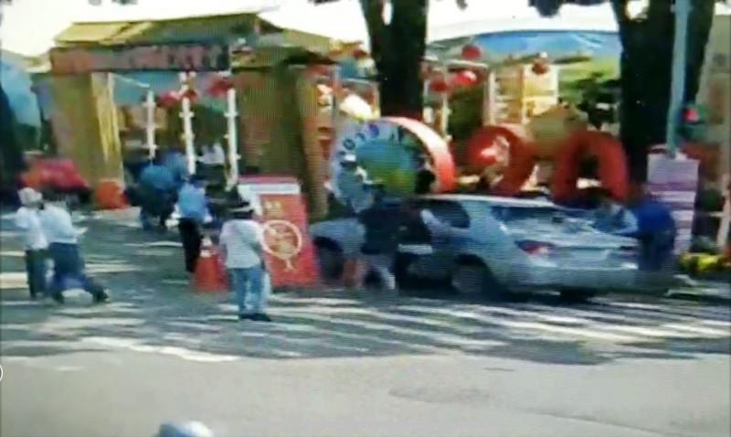 駕駛未熄火停車下車問路。(中興警分局提供)