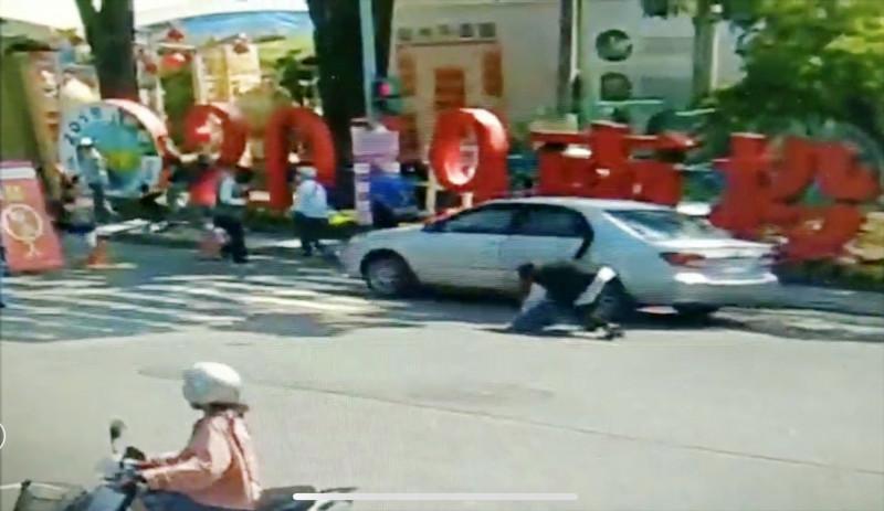 駕駛未拉好手煞車且未打P檔,車子開始前衝,乘客打車門即跌出車外。(中興警分局提供)