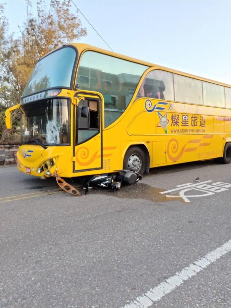 馬公鎖港發生一起機車捲入遊覽車底意外,機車女騎士救出已無生命跡象。(澎湖縣政府消防局提供)