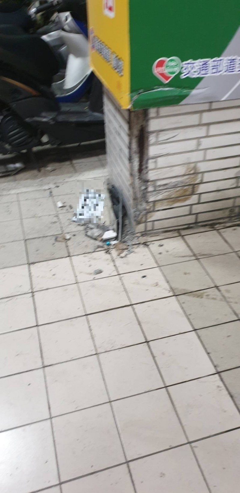 交通隊大門門柱磁磚被撞脫落。(記者林嘉東翻攝)