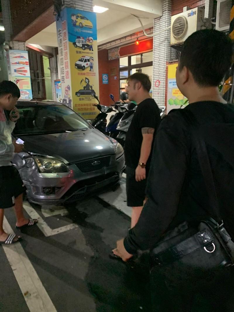 肇事車右側車頭毀損。(記者林嘉東翻攝)