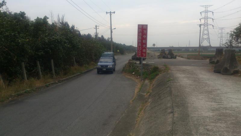 全興工業區濱海路原貌,路寬不一,部分路段連會車都難。(記者劉曉欣翻攝)