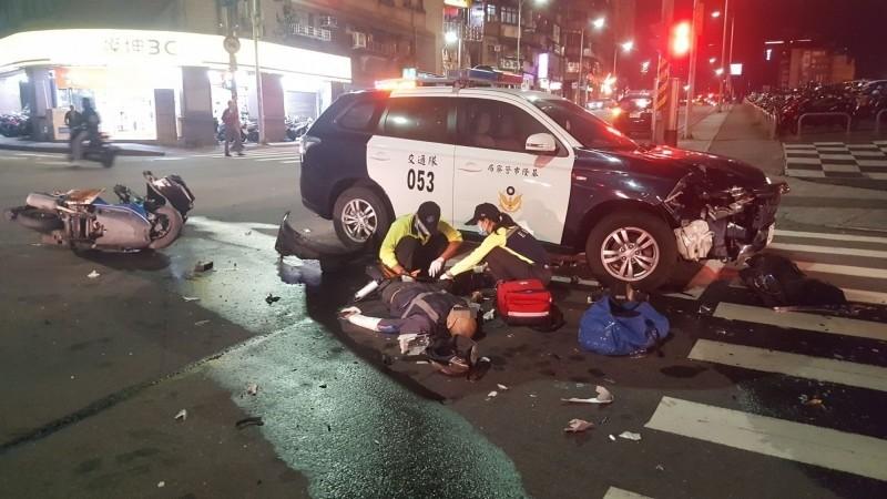 撞擊力道猛烈警車車頭凹陷,機車騎士倒地不起。(記者吳昇儒翻攝)