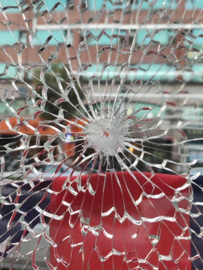 服務處遭開槍 桃市議員劉安祺:鋼珠差點打中太陽穴