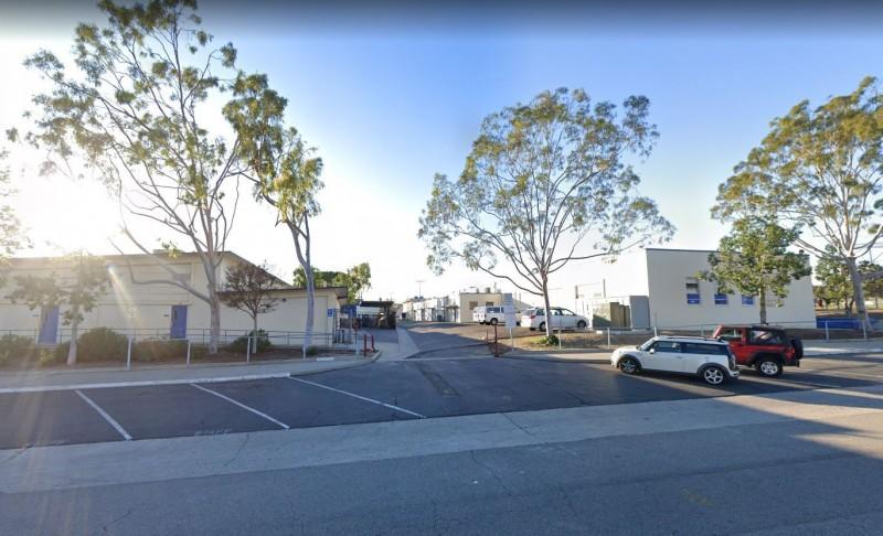 美國加州橙郡(Orange County)拉哈布拉高中(La Habra High School),一名高中學生竟然在校園內拿出手槍,此時2名高一新生見狀連忙衝上前去將其制伏。(圖擷自Google街景)