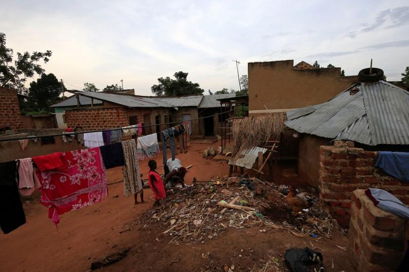 娜芭坦茲獨力扶養這些小孩長大,一家人擠在4間用水泥磚和鐵皮屋頂所蓋成的房子裡。(路透)