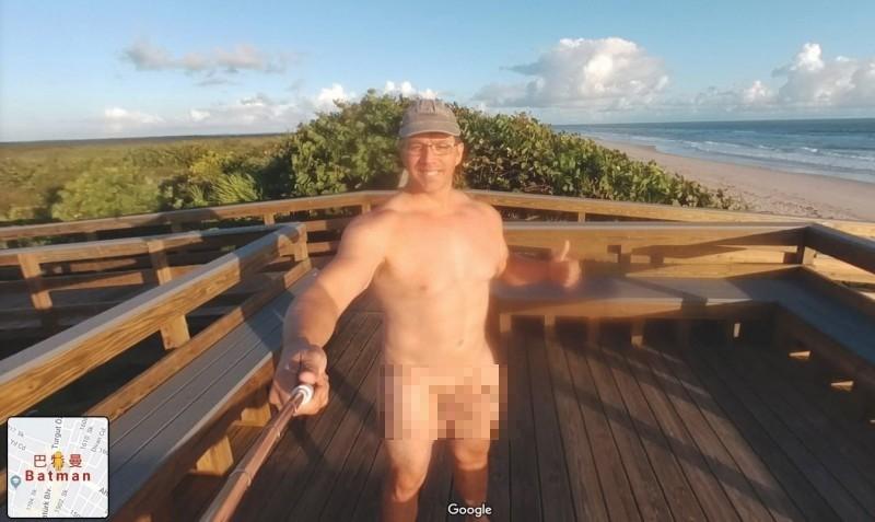 Google Map內的裸男照片,可以看到他一絲不掛,露出陽光的笑容自拍。(圖擷自爆廢公社)